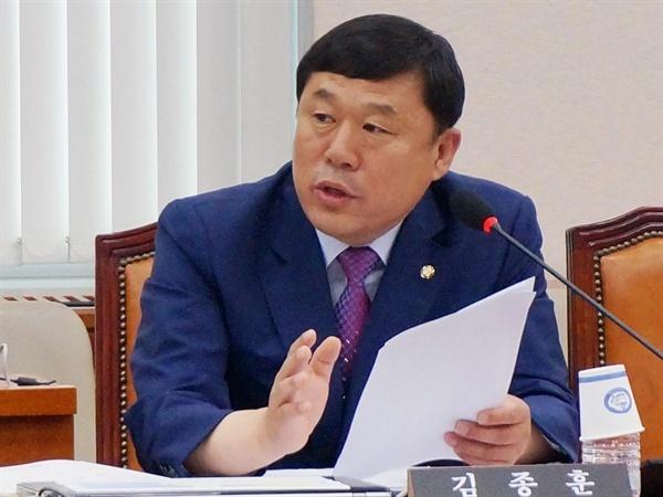 김종훈 의원이 국회에서 질의하고 있다. 김종훈 의원은 21일 자유한국당의 장외 조국 후보 때리기를 비판하고 국회 인사청문회를 요구했다