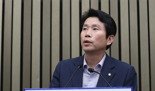 더불어민주당 이인영 원내대표가 21일 오후 국회에서 열린 의원총회에서 발언하고 있다.