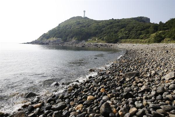 거문도 몽돌해변에서 본 녹산등대 풍경. 녹산등대는 거문도등대와 함께 거문도여행을 대표하는 관광지다.