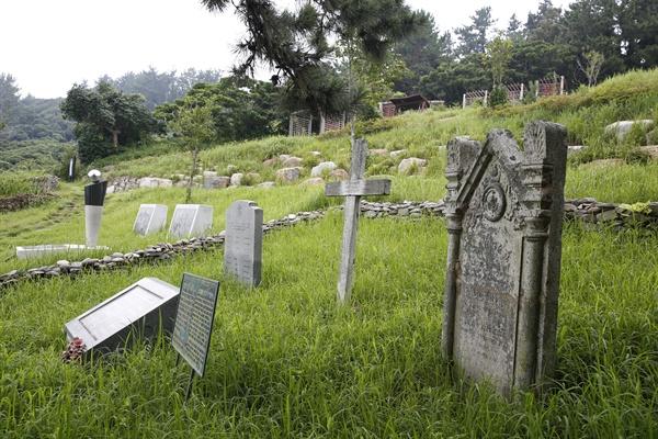 거문도에 있는 영국군 묘지. 1885년 영국군의 거문도 무단 점령 때 숨진 영국군의 묘지 가운데 일부가 지금도 남아 있다.