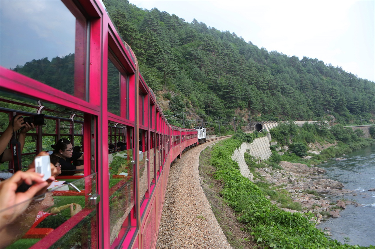 경북 봉화 분천역과 강원 태백 철암역을 오가는 '백두대간 협곡열차'.