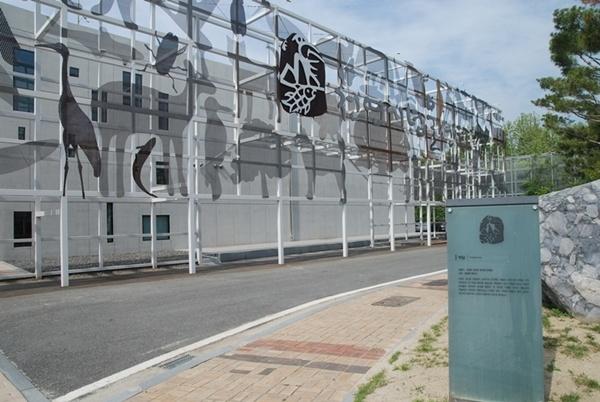 대전 천연기념물 센터 대전 천연기념물 센터는 국내 유일의 자연유산 전문전시관으로 전문인력 확보와 수장고 구축 면에서 최적의 조건을 갖추고 있다.