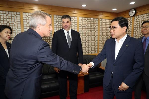 줄리안 블리셋(Julian Blissett) 지엠 해외사업부 사장과 카허 카젬 한국지엠 대표이사 등과 함께 22일 오후 창원시청을 방문해 허성무 시장을 면담했다.