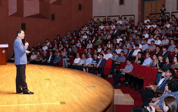 이광재 (재)여시재 원장은 22일 오후 창원 성산아트홀에서 강연했다.