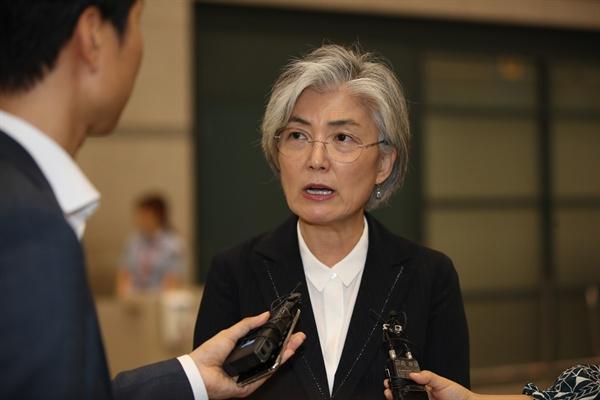 한·중·일 외교장관 회의차 방중했던 강경화 외교부 장관이 22일 인천국제공항을 통해 귀국, 취재진의 질문에 답하고 있다.