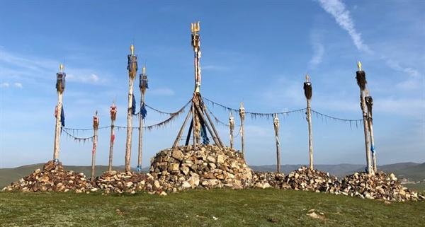 몽골 수도 울란바타르 남서쪽 모린두 부근 마을에 있는 오보입니다. 몽골이나 시베리아 사먼들은 텡그리라는 특별한 공간에 기둥을 세우고 신과 교통하는 곳으로 여겼습니다.