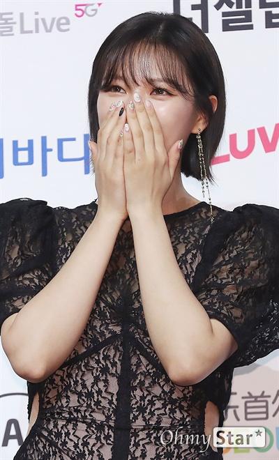 '트와이스' 정연, 얼굴 가리지 말아요! 트와이스의 정연이 22일 오후 서울 올림픽공원 올림픽홀에서 열린 <2019 소리바다 베스트 케이뮤직 어워즈> 포토월에서 얼굴을 가린채 웃고 있다.