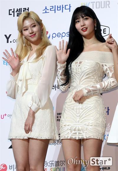 '트와이스' 사나-모모, 하얀 천사들 트와이스의 사나와 모모가 22일 오후 서울 올림픽공원 올림픽홀에서 열린 <2019 소리바다 베스트 케이뮤직 어워즈> 포토월에서 포토타임을 갖고 있다.