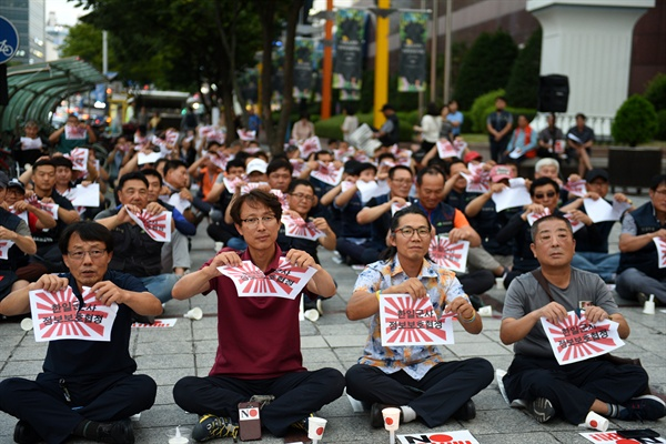 22일 저녁 7시, 둔산동 타임월드 앞에서 열린 '아베규탄 3차 촛불집회'에서 참가자들이 '한일군사정보보호협정 종료' 결정을 환영하며, 욱일기 바탕에 '한일군사정보보호협정'이라고 쓴 종이를 찢는 퍼포먼스를 하고 있다.