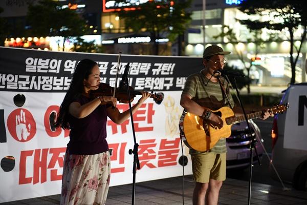 어쿠스틱 머신이 바이얼린 연주와 함께 노래 공연을 펼치고 있다.