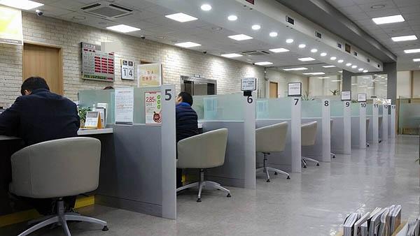 ISA 출시 첫날 한 시중은행 창구. 해당은행은 ISA 상담창구를 별도로 마련했으나, 실제 이를 이용하는 고객들은 거의 없었다.