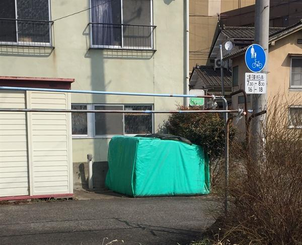 후쿠시마 지역의 각 가정 집 앞에는 방사능에 오염된 흙(제염토)이 있다.