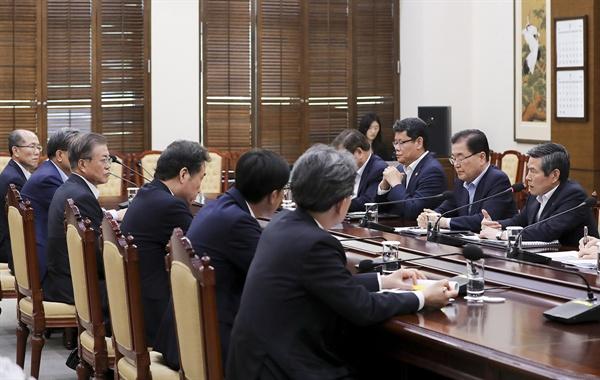 문재인 대통령이 22일 오후 청와대에서 한일군사정보보호협정(GSOMIA·지소미아) 관련 국가안전보장회의(NSC) 상임위 회의 내용을 보고받고 있다.