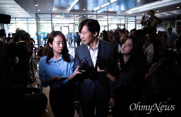 법무부 장관 후보자로 내정된 조국 전 청와대 민정수석이 23일 오전 서울 종로구 인사청문회 준비단이 마련된 사무실로 출근하고 있다.