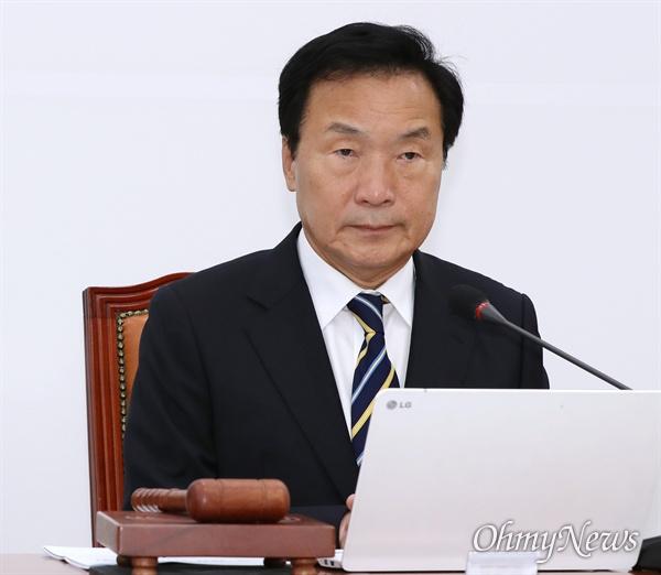 바른미래당 손학규 대표가 23일 오전 국회에서 열린 최고위원회의에 굳은 표정으로 참석하고 있다.