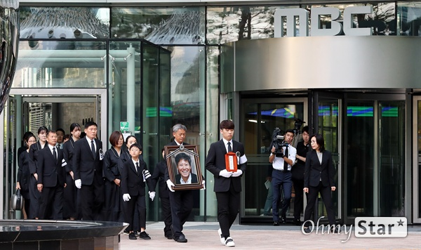 고 이용마 기자, 마지막 인사 23일 오전 서울 상암동 MBC 앞 광장에서 열린 <참 언론인 고 이용마 기자 시민사회장>에 앞서 고 이용마 기자의 유가족들이 사무실을 둘러본 뒤 시민사회장이 열릴 광장으로 이동하고 있다.