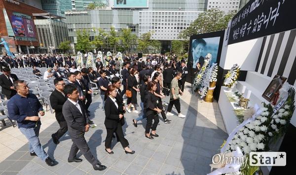 고 이용마 기자 뜻 기리며 23일 오전 서울 상암동 MBC 앞 광장에서 열린 <참 언론인 고 이용마 기자 시민사회장>에서 동료선후배를 비롯한 참석자들이 조문을 하고 있다.