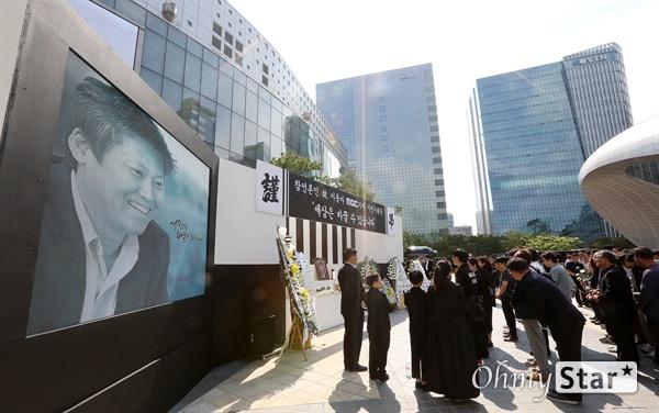 고 이용마 기자, 그대 잘가라! 23일 오전 서울 상암동 MBC 앞 광장에서 열린 <참 언론인 고 이용마 기자 시민사회장>에서 동료선후배를 비롯한 참석자들이 조문을 하고 있다.