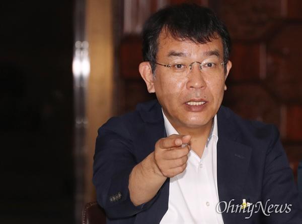 정의당 김종대 의원이 23일 오전 국회 로텐더홀에서 정치개혁-사법개혁 약속이행을 촉구하는 농성 중 동료 의원과 대화하고 있다.