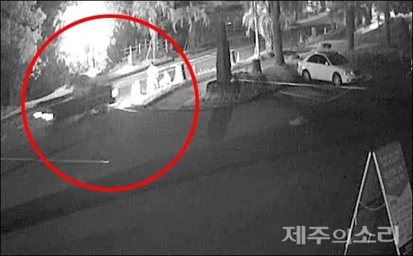 21일 오후 8시8분쯤 서귀포시 중문동 퍼시픽랜드 앞 도로에서 50대 남성 A씨가 몰던 1톤 봉고 트럭이 화단으로 돌진해 3명의 사상자가 발생했다. [사진제공-서귀포소방서]