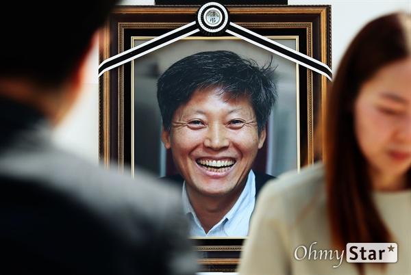 고 이용마 기자, 영원한 참 언론인 23일 오전 서울 상암동 MBC 앞 광장에서 열린 <참 언론인 고 이용마 기자 시민사회장>에서 동료선후배를 비롯한 참석자들이 조문을 하고 있다.