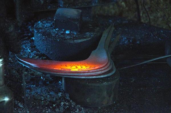 단조기를 이용하면서도 석노기 장인은 쇠를 불에 달궈서 망치를 두들겨서 수작업으로 연장을 만드는 기본을 버리지는 않았다.