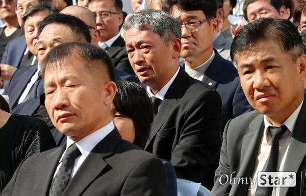 고 이용마 기자 시민사회장 23일 오전 서울 상암동 MBC 앞 광장에서 열린 <참 언론인 고 이용마 기자 시민사회장>에서 김민식 PD가 추모사를 들으며 눈물을 흘리고 있다.