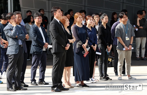 고 이용마 기자를 기억하며 23일 오전 서울 상암동 MBC 앞 광장에서 열린 <참 언론인 고 이용마 기자 시민사회장>에서 동료선후배들이 추모영상을 보며 고인을 추모하고 있다.