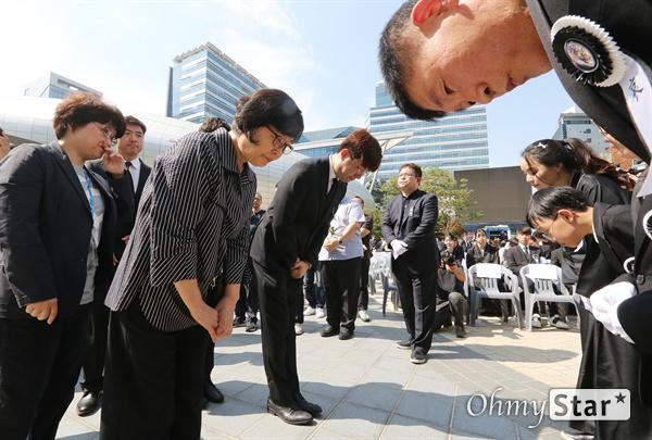 고 이용마 기자 유족 위로 23일 오전 서울 상암동 MBC 앞 광장에서 열린 <참 언론인 고 이용마 기자 시민사회장>에서 조문객들이 유가족들과 인사를 하고 있다.