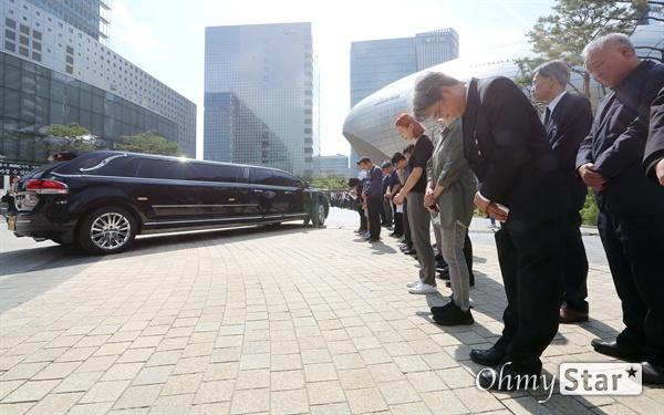 고 이용마 기자 시민사회장 23일 오전 서울 상암동 MBC 앞 광장에서 열린 <참 언론인 고 이용마 기자 시민사회장>에서 고인을 모신 차량이 장지로 향하고 있다.