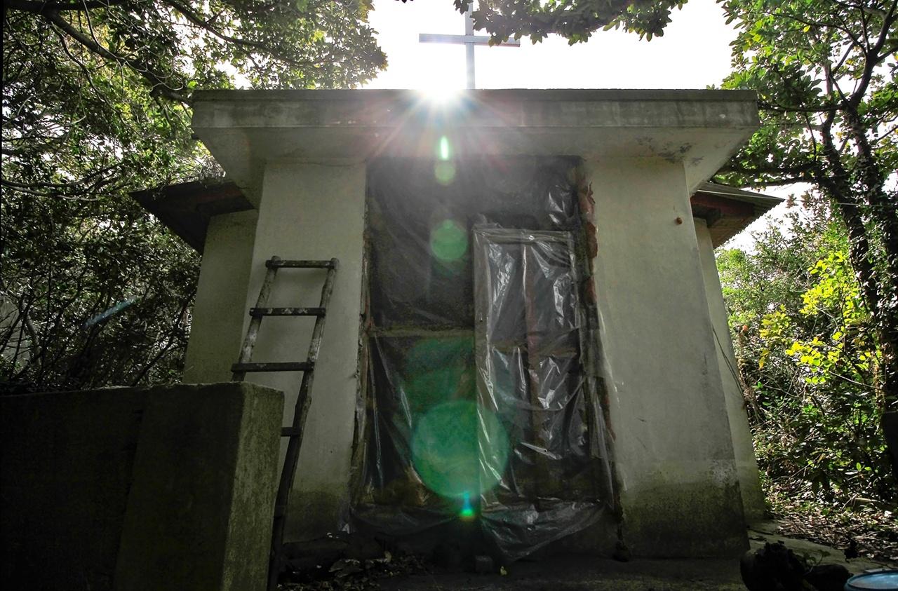 납도의 교회 마을을 돌며 만난 허물어진 교회. 지붕 위의 십자가 사이로 빛이 쏟아진다.