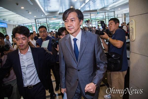 법무부 장관 후보자 조국 전 청와대 민정수석이 23일 오후 서울 종로구 인사청문회 준비 사무실이 마련된 사무실 로비에서 최근 불거진 자신에 대한 의혹에 대해 입장을 발표를 마치고 돌아서고 있다.