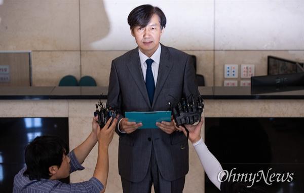 법무부 장관 후보자 조국 전 청와대 민정수석이 23일 오후 서울 종로구 인사청문회 준비 사무실이 마련된 사무실 로비에서 최근 불거진 자신에 대한 의혹에 대해 입장을 발표하고 있다.