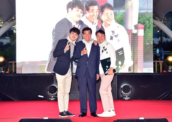 윤화섭 안산시장(가운데)과 개그맨 강성범·정승환씨(왼쪽)