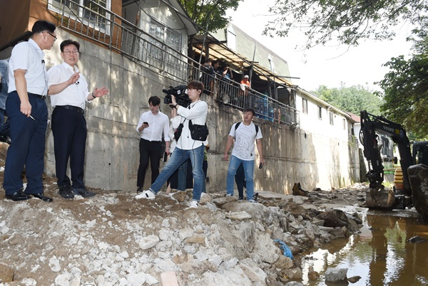 이재명 경기도지사가 23일 오후 양주시 고비골의 하천·계곡 불법행위 자진 철거 현장을 살펴보고 있다.
