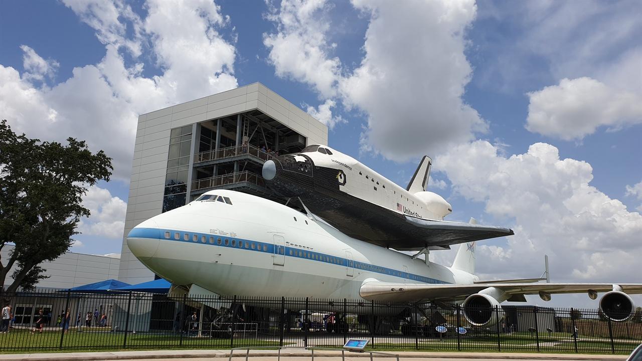 NASA  존슨센터 휴스턴에 있는 나사 존슨 센터 정문 모습. 대형 비행기 위에 작은 비행기를 올려 놓았다.