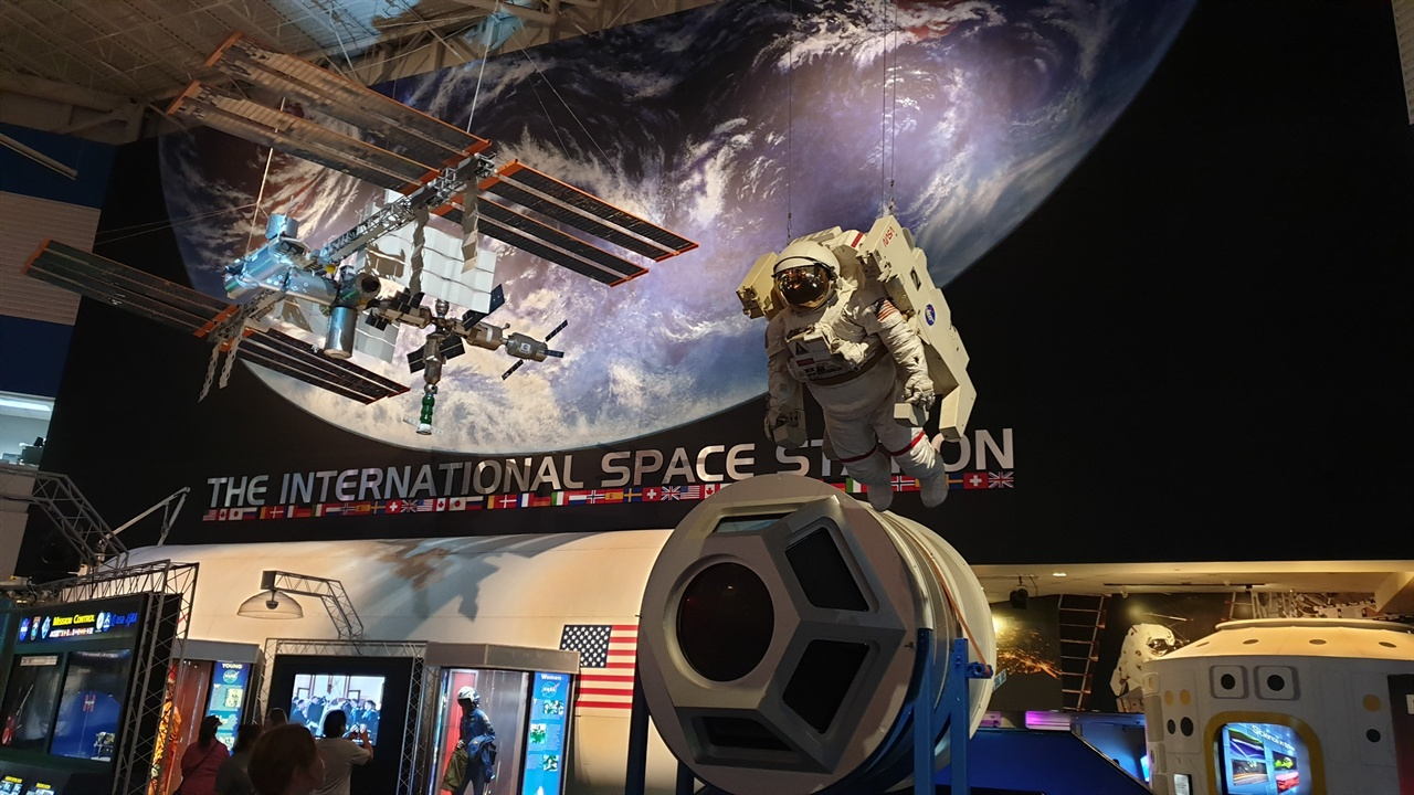 미국 항공우주국(NASA) 우주인이 공중 부양을 하고 있다. 달 표면에 착륙을 시도하는 모습도 보인다.