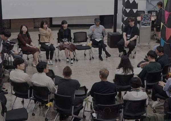 지난해 부산영화제 '커뮤니티 비프' 모습. 영화 상영후 커뮤니티 회원들과 관객들이 함께 대화를 나누고 잇다.