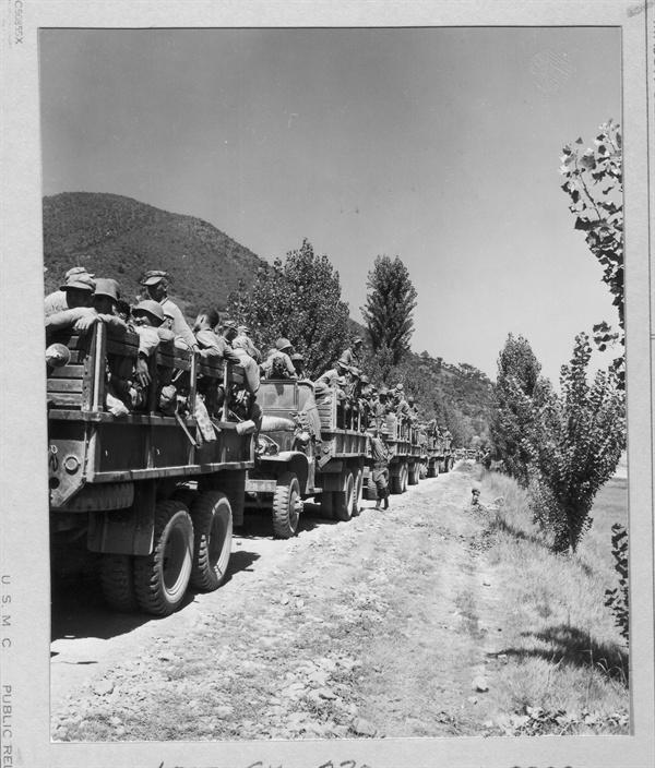 3. 흙먼지 날리면서 전투 병력을 낙동강 전선으로 실어나르는 유엔군 GMC 트럭 행렬(1950. 9. 2.).
