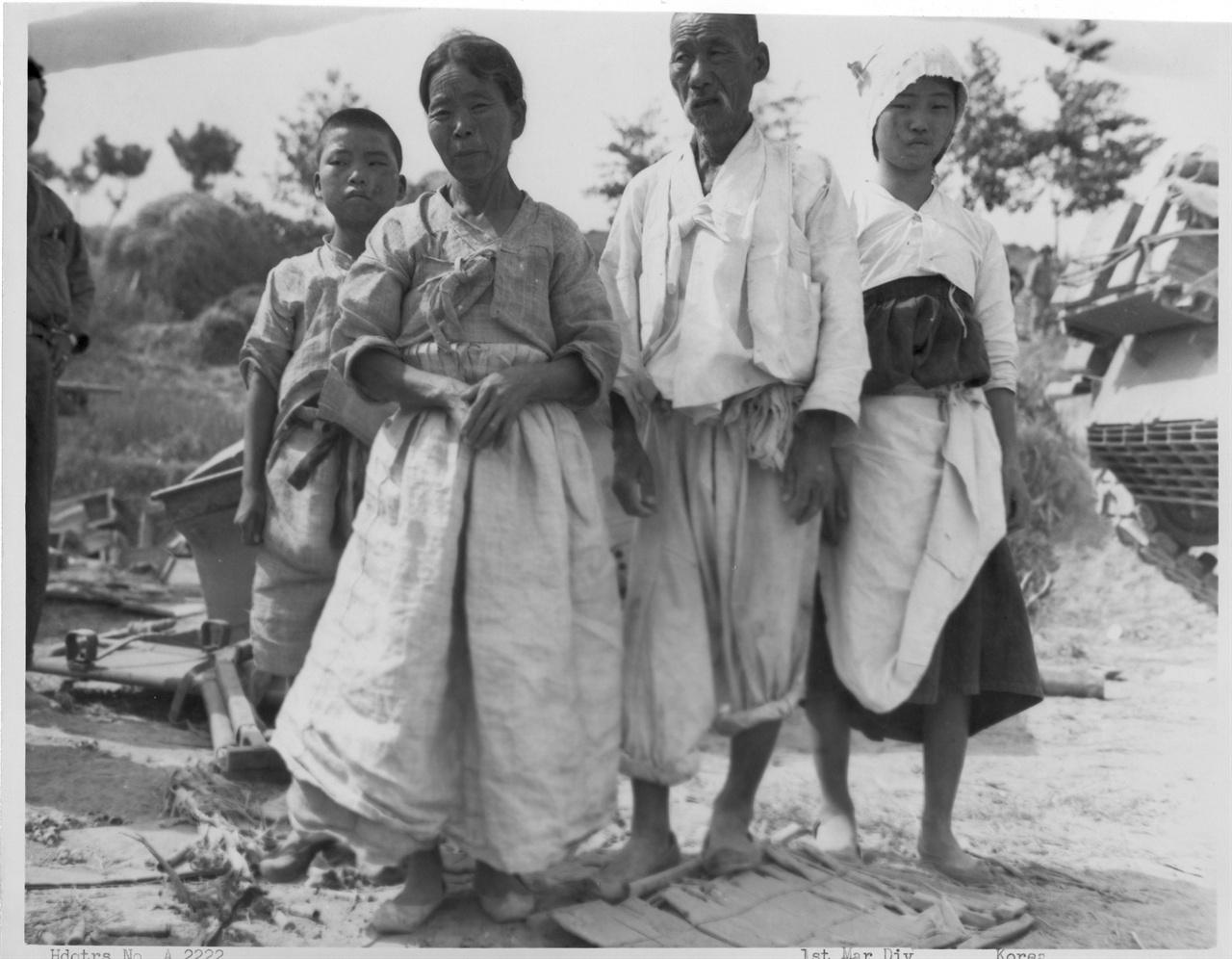 4. 인민군에게 부역한 혐의로 붙잡힌 촌민들(1950. 9. 3.).