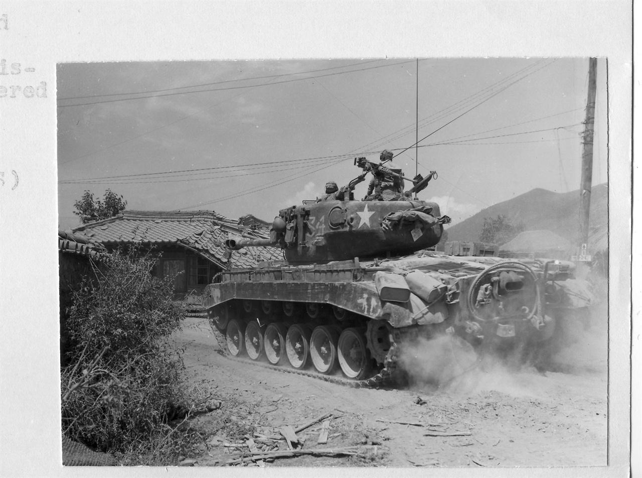 5. 한 마을에 유엔군 탱크가 진입하고 있다(1950. 9. 3.).