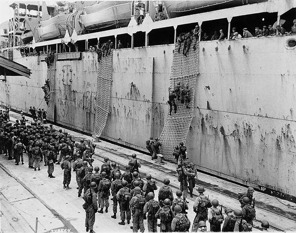 8. 인천상륙에 투입될 국군 해병대와 미 17해병연대가 부산항에서 함정에 오르고 있다(1950. 9. 12.).