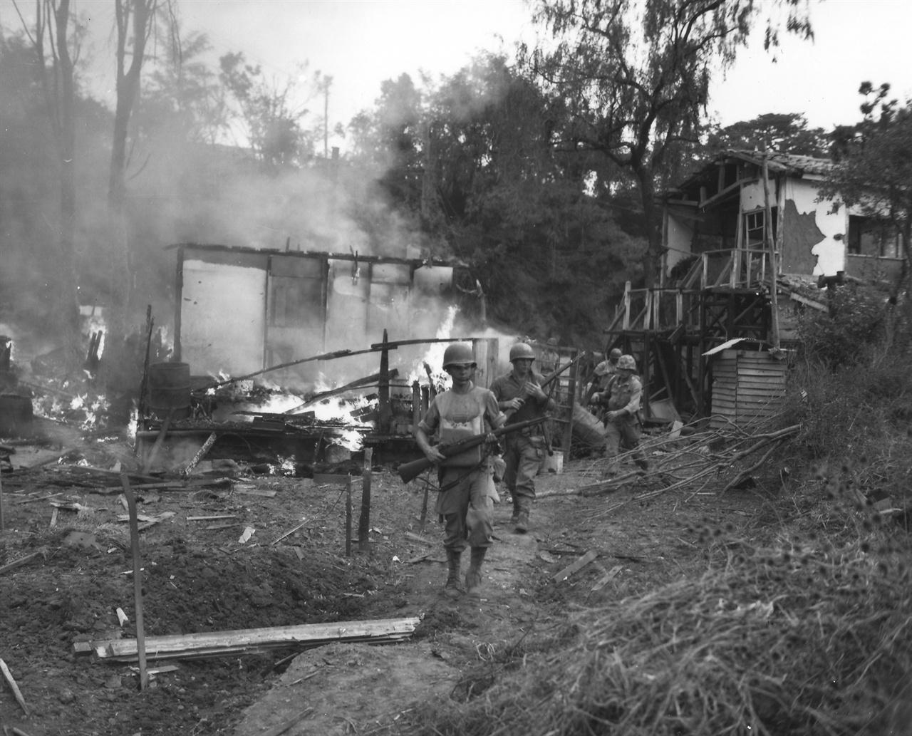 9. 인천상륙작전으로 월미도가 불타고 있다(1950. 9. 15.).