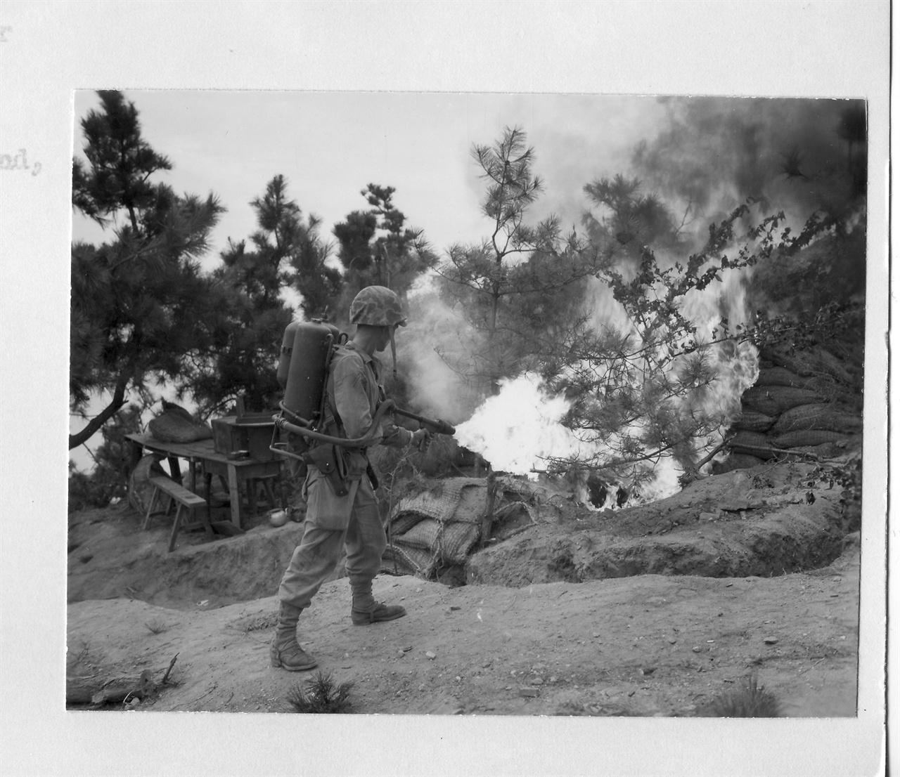 10. 인천에 상륙한 미 해병대가 인민군 참호에 화염방사기를 뿜고 있다(1950. 9. 15.).