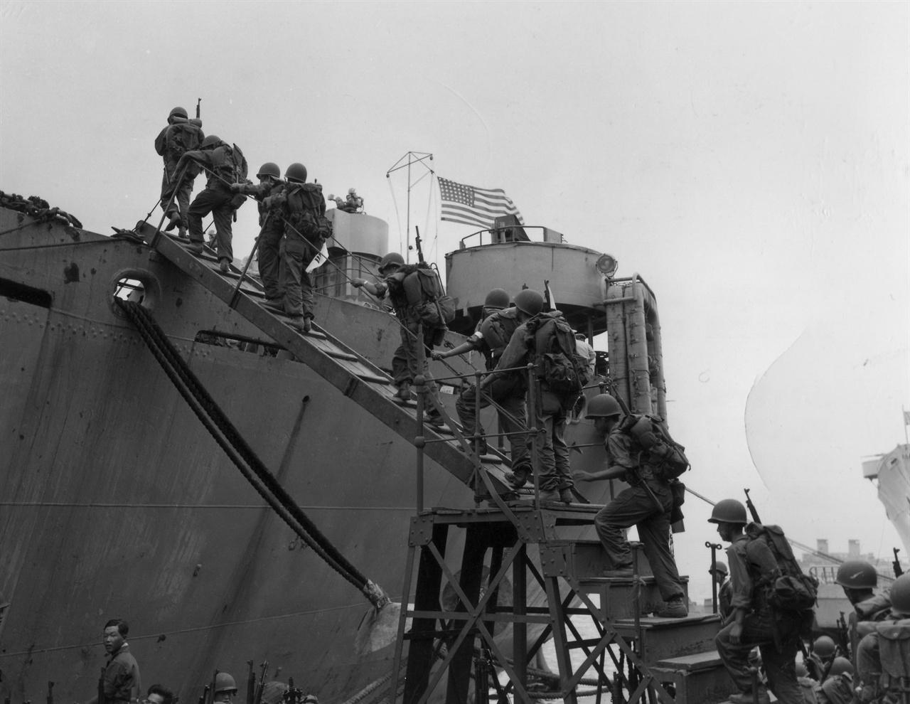 2. 한국 해병대가 인천상륙작전에 참가하고자 군함에 오르고 있다(1950. 9.).