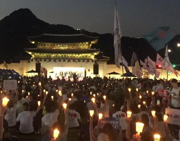 6차 촛불 6차 아베규탄 촛불문화제에 5000여명의 시민들이 모여 촛불을 들었다.
