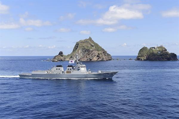 독도 지키는 세종대왕함(이지스함) 25일 독도를 비롯한 인근 해역에서 열린 동해 영토수호훈련에서 훈련에 참가한 세종대왕함(DDG, 7,600톤급)이 독도 주변을 항해하고 있다. [해군 제공]