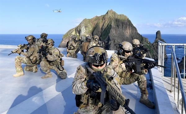 '독도, 우리가 지킨다' 25일 독도를 비롯한 인근 해역에서 열린 동해 영토수호훈련에서 해군 특전요원들이 독도에서 사주경계를 하고 있다. [해군 제공]