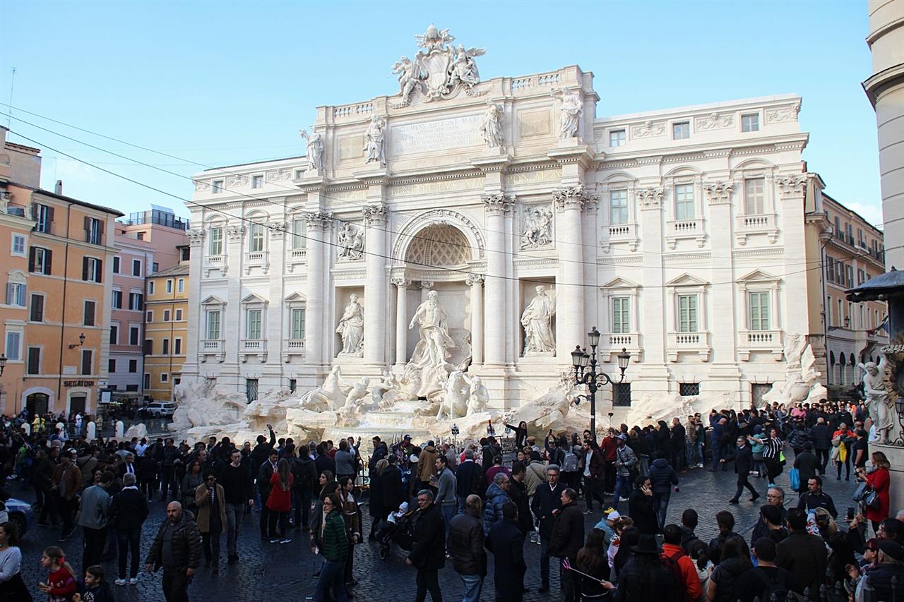 사람들로 항상 북적이는 로마 트레비 분수