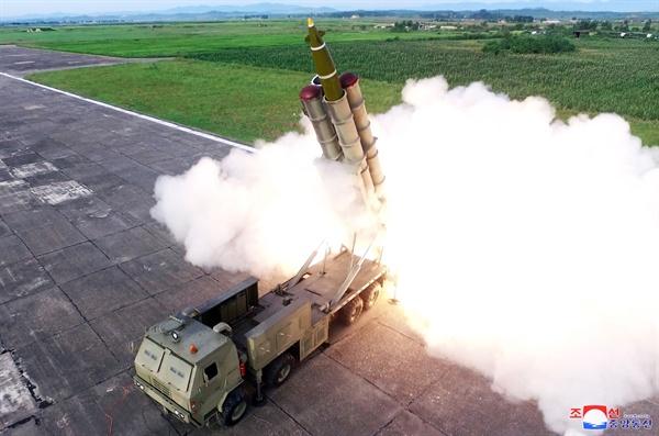 북한 '신형 초대형 방사포' 발사  북한 조선중앙통신이 '새로 연구 개발한 초대형 방사포'를 김정은 국무위원장의 지도로 시험발사에 성공했다며 25일 이 사진을 보도했다